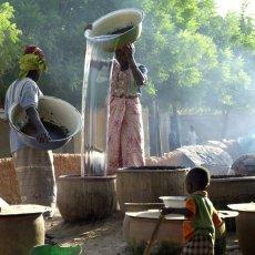 Les chrétiennes concoctent la bière de mil - Ségou - Mali © Arnaud Galy