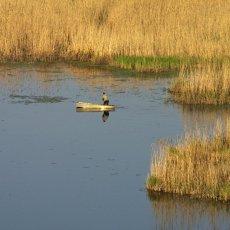 Pêcheur cerné par les les roseaux - Sud de la Moldavie © Arnaud Galy